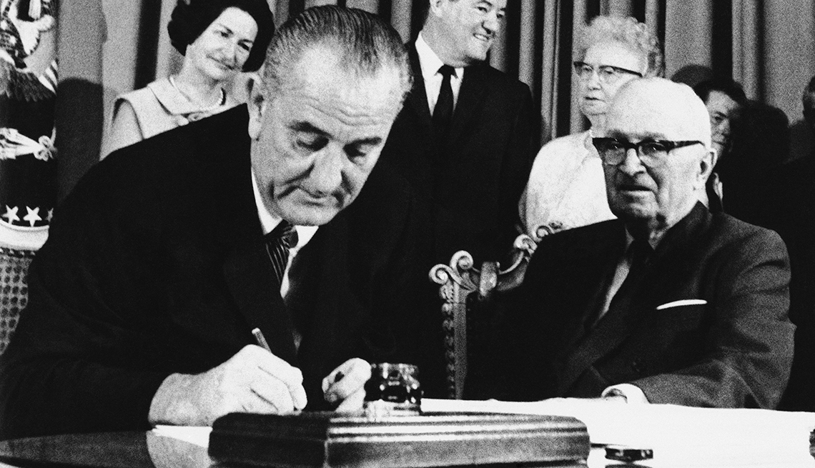 El presidente Lyndon Johnson convierte el Medicare en ley