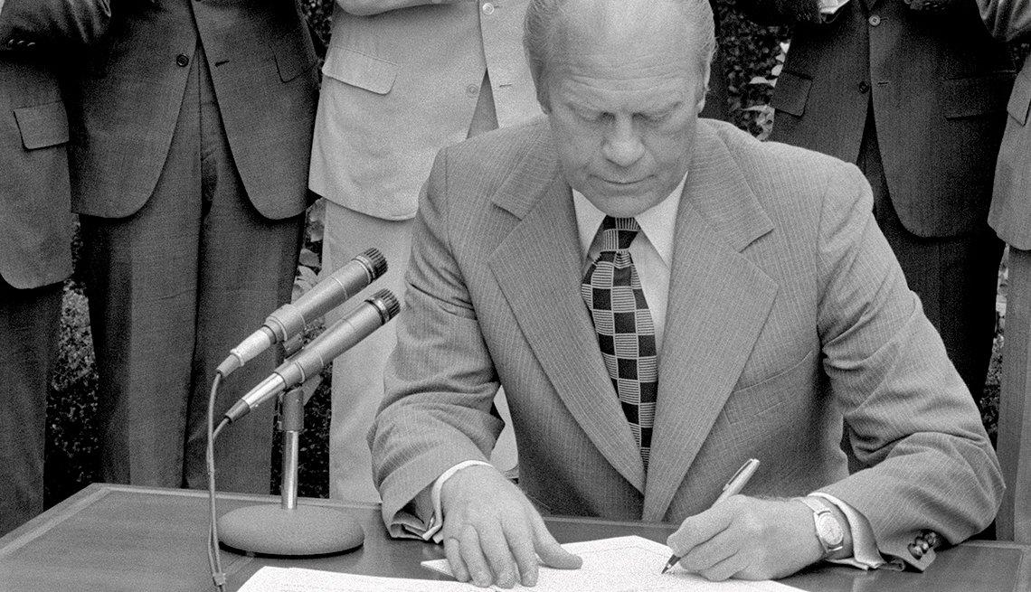 Presidente Ford firma el derecho al voto para quienes hablan español