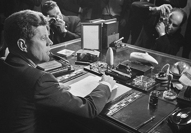 El presidente John F. Kennedy hace frente a la crisis de los misiles en Cuba