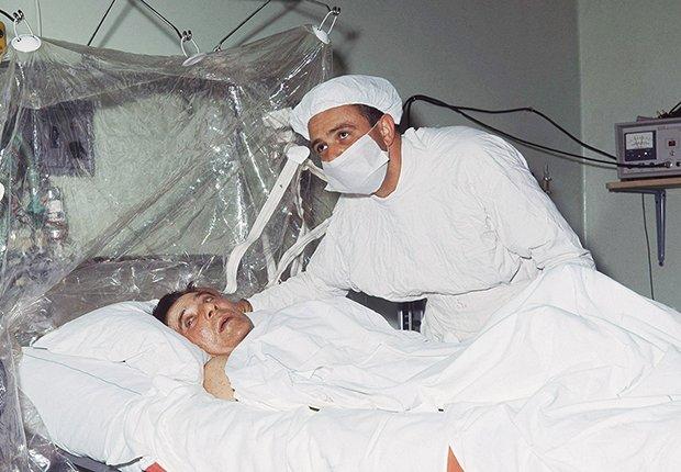 Christiaan Barnard, realiza el primer trasplante de corazón. El recipiente fue Louis Washkansky