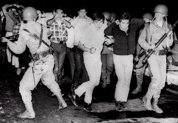 Enfrentamiento entre policías y civiles - Masacre de Tlatelolco en Mexico