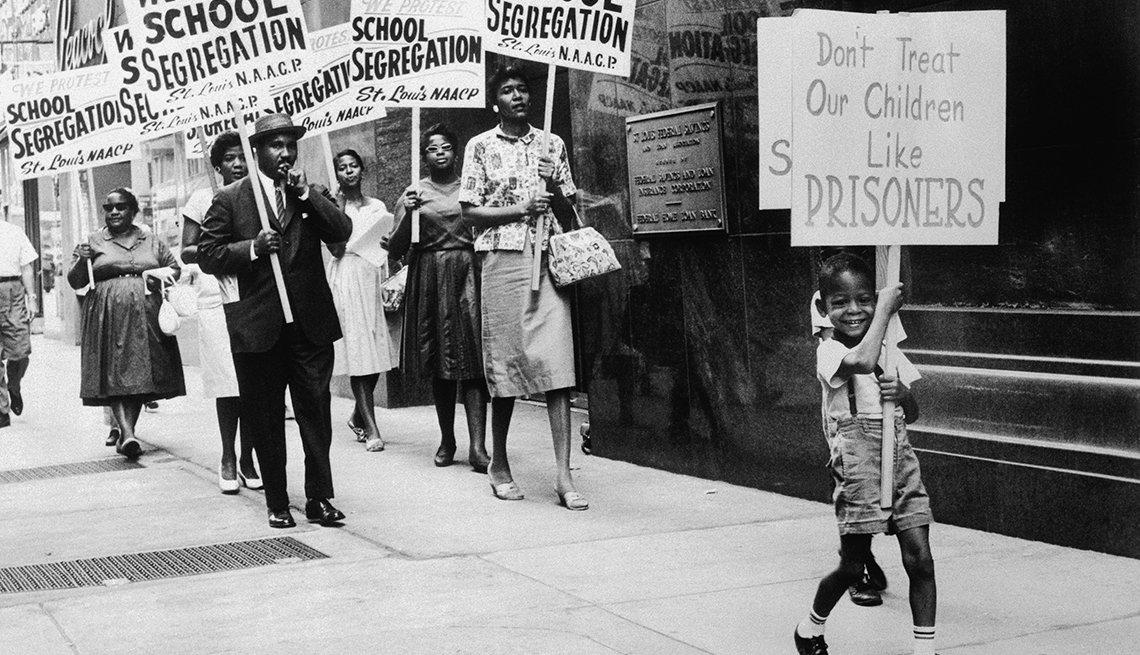 Personas marchan en contra de la segregación en 1963