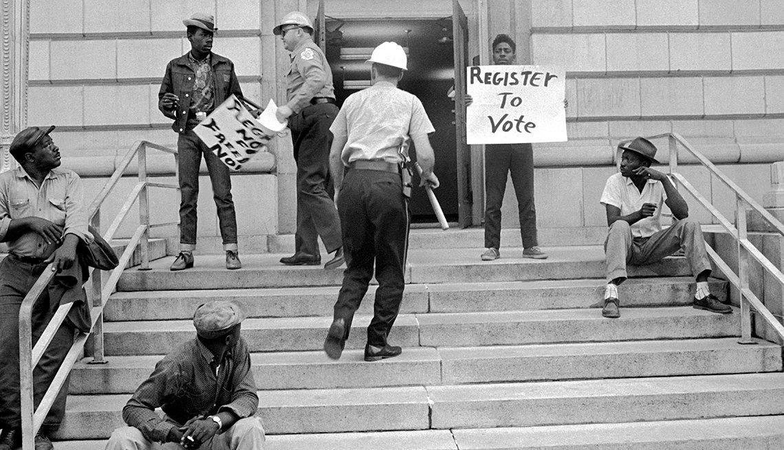 La policía detiene a activistas por llevar pancartas que exhortan a los afronorteamericanos a inscribirse y votar