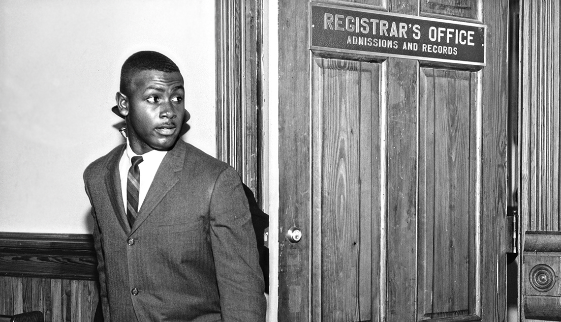 Harvey Gantt, el primer afronorteamericano que admiten en Clemson University, Carolina del Sur, comienza a asistir a clases
