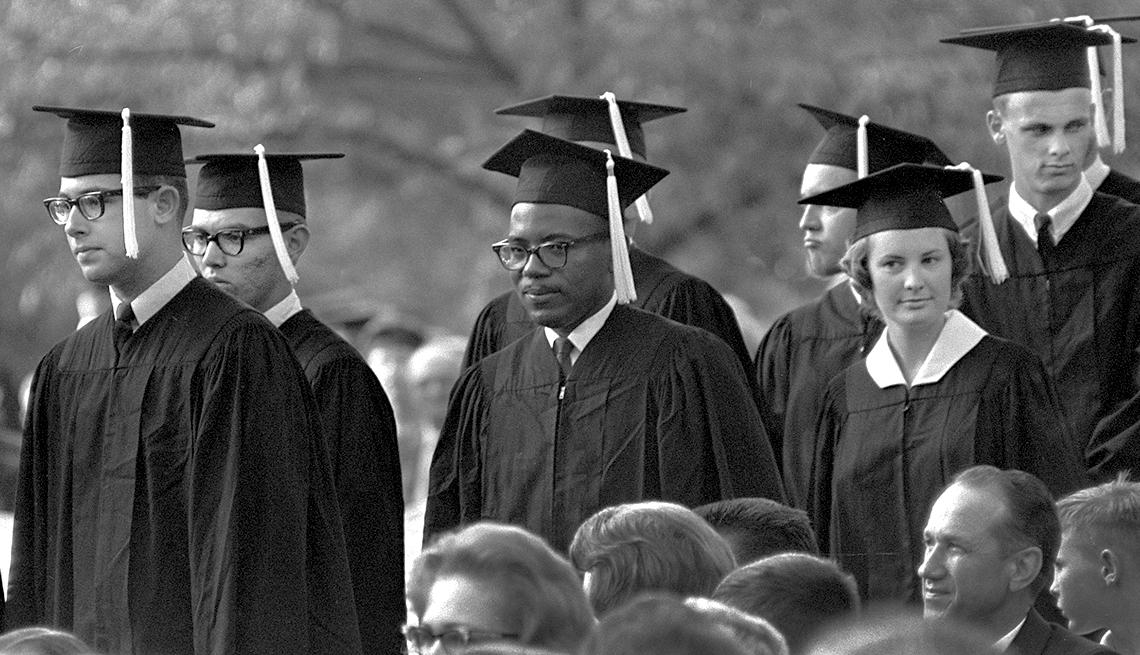 James Meredith, que en 1962 había provocado un disturbio estudiantil en la University of Mississippi, recibe su diploma en la ceremonia de graduación
