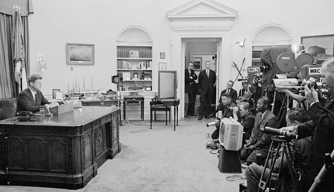 el presidente Kennedy habla desde su despacho por radio y televisión