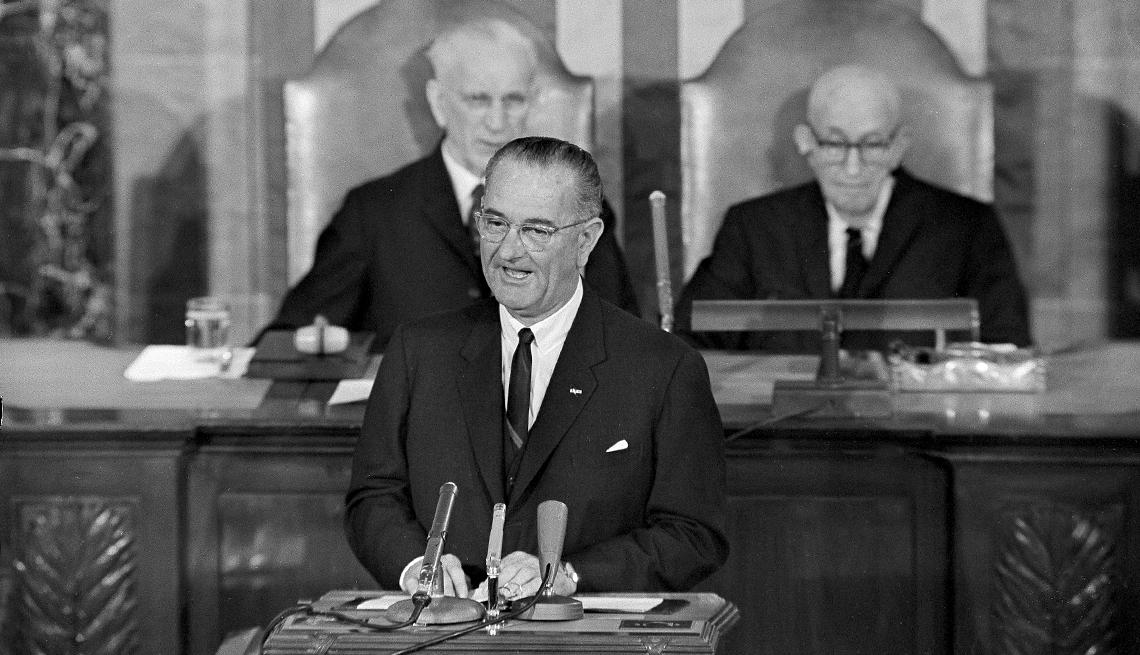 El presidente Lyndon B. Johnson pronuncia un discurso ante una sesión conjunta del Congreso