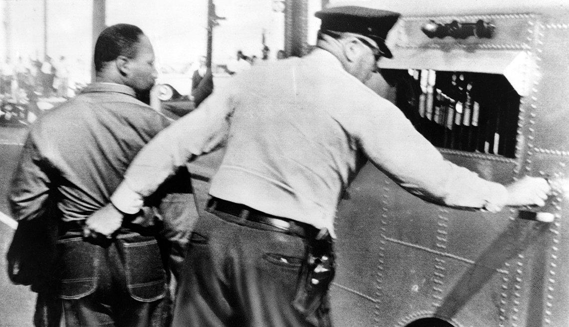 la policía de Birmingham detiene a Martin Luther King Jr.