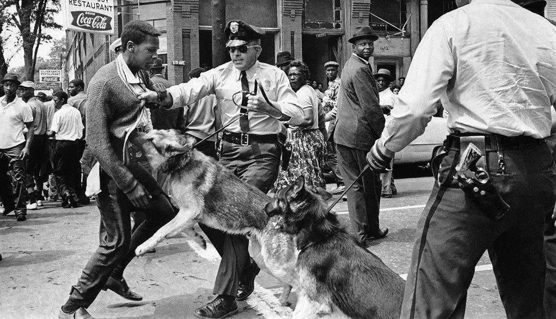 Hombre negro es atacado por los perros de la policía - 1963