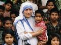 Madre Teresa de Calcuta sostiene en brazos a un niño
