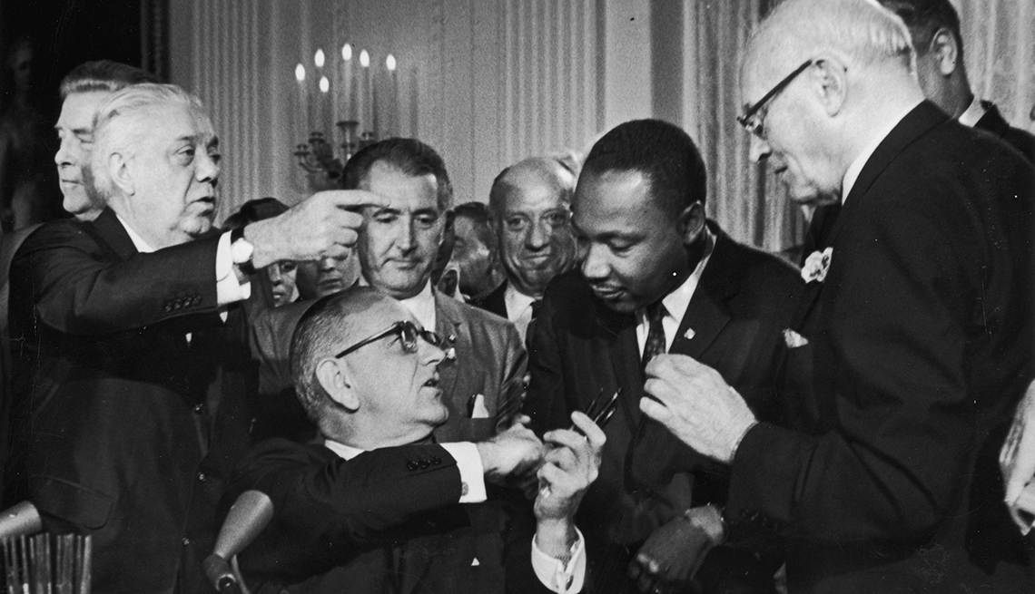 Presidente Johnson firma la ley de derechos civiles junto a Martin Luther King, Jr.