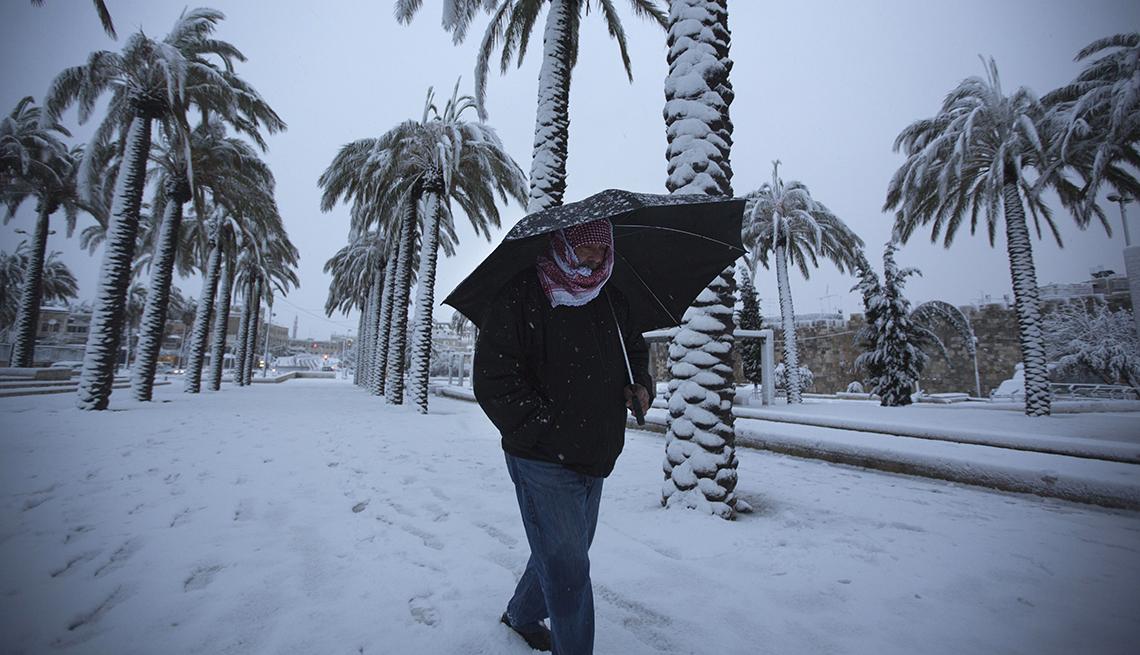 Hombre caminando en la nieve