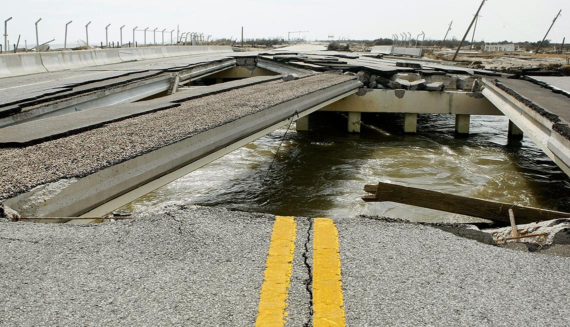 Carretera destruída por desastre natural