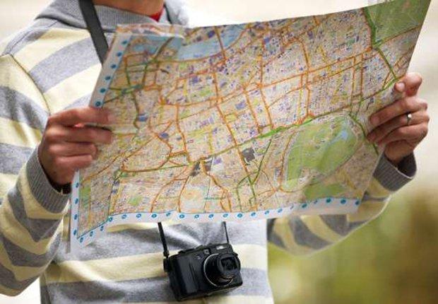 Hombre leyendo un mapa