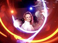 Mujer bailando música disco