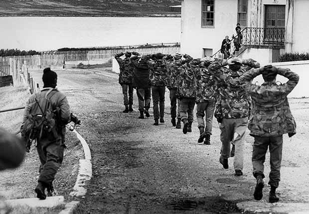 Soldado británicos se rinden ante los argentinos en la Guerra de las Malvinas