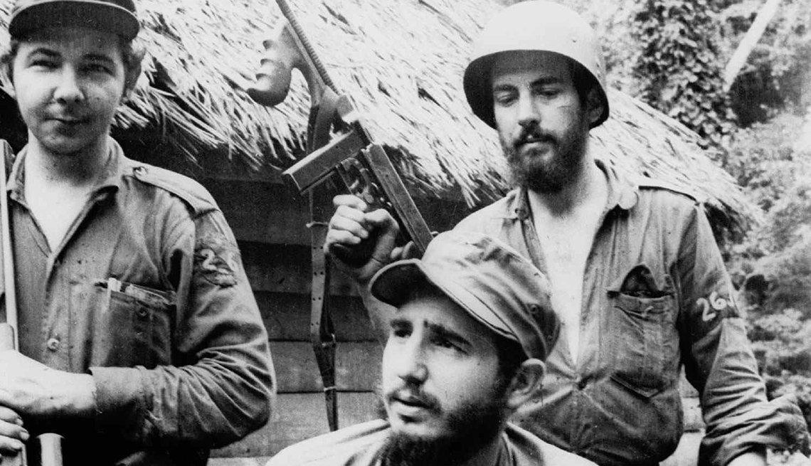 Fidel Castro junto a otros en su uniforme de rebelde