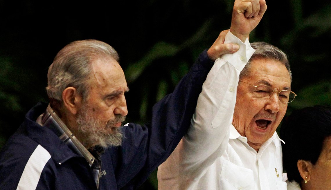 Fidel Castro le cede el poder a su hermano Raúl Castro