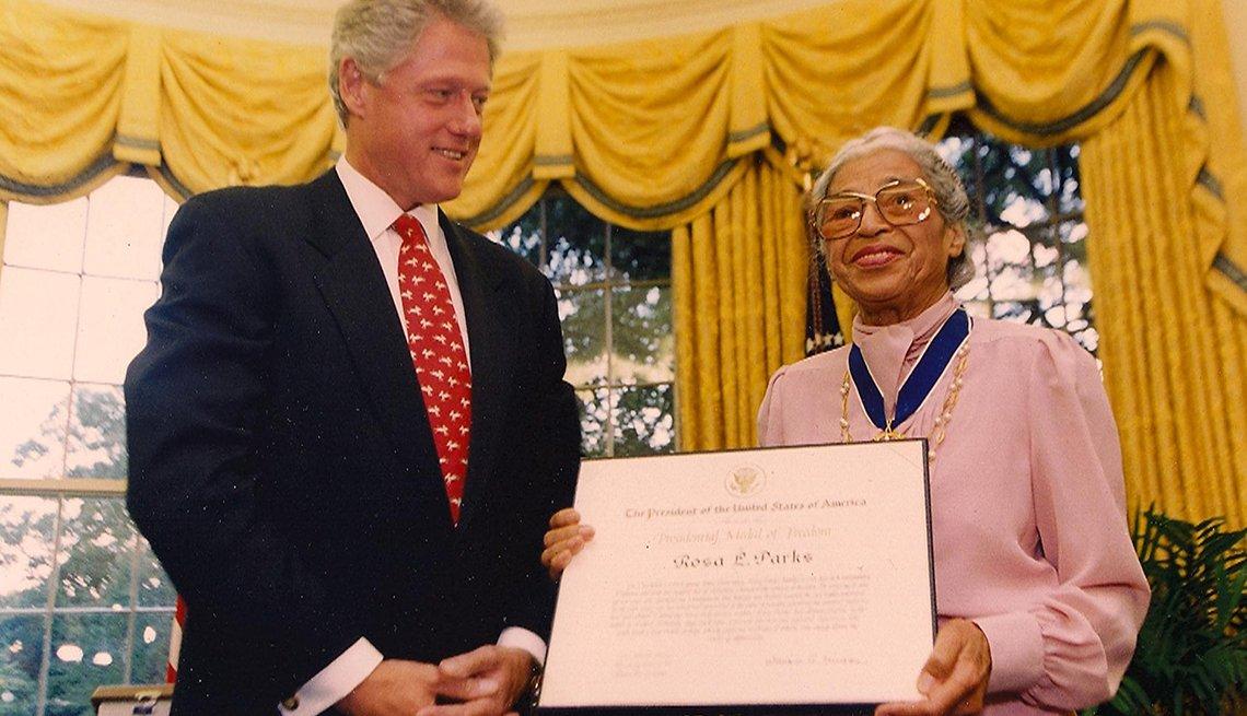 El presidente Bill Clinton otorga a Rosa Parks la Medalla Presidencial de la Libertad