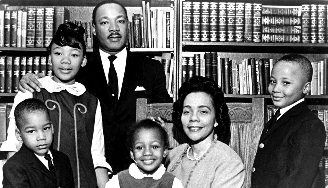 Martin Luther King Jr. junto a su esposa e hijos