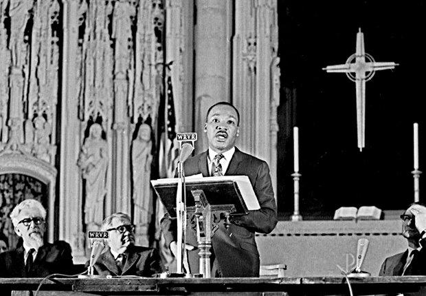 Martin Luther King Jr. pronunciando un discurso en contra de la Guerra de Vietnam