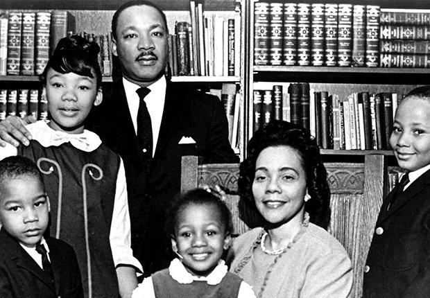 Martin Luther King Jr. junto a su esposa e hijos