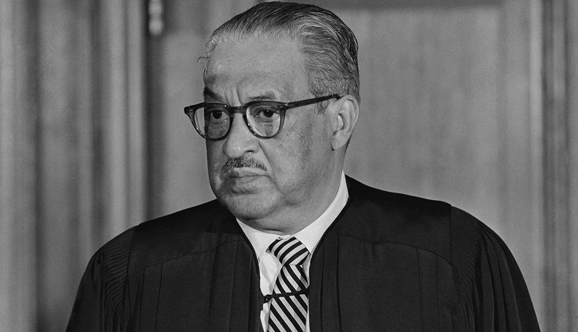 Thurgood Marshall fue juramentado como el primer juez negro de la Corte Suprema