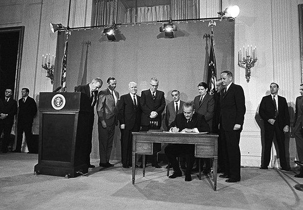 Lyndon B. Johnson firmó una ley mediante la cual se creó la Corporation for Public Broadcasting