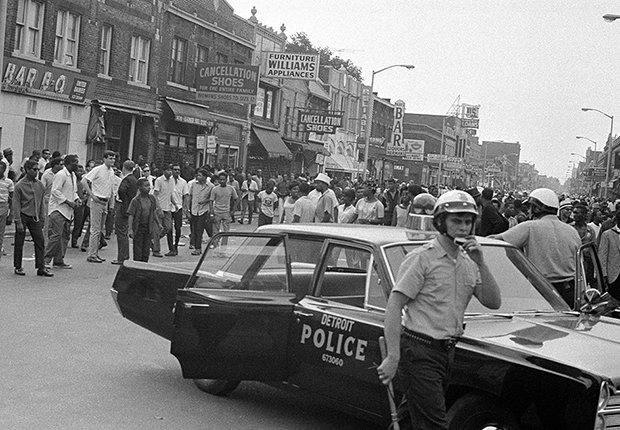 Los disturbios de la Calle 12 de Detroit comenzaron el 23 de julio después de que la policía allanara un bar que operaba sin licencia, lleno de clientes negros