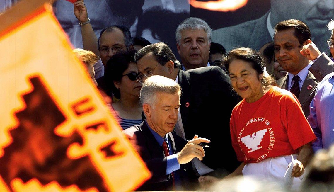 Gobernador de California Gray Davis firma día feriado en honor a César Chávez