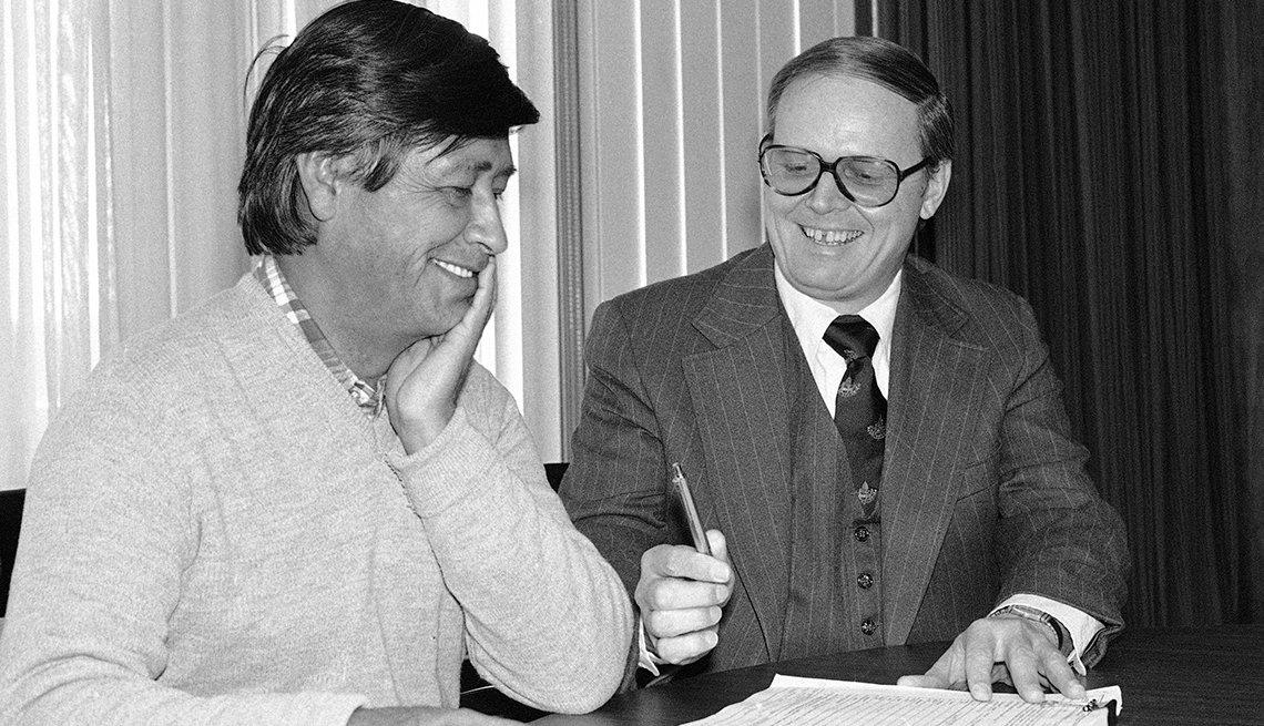 El Secretario de Trabajo Ray Marshall (der.), firma un contrato de $500.000 con César Chávez