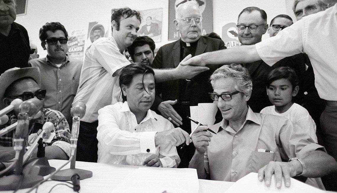 César Chávez firmando un contrato