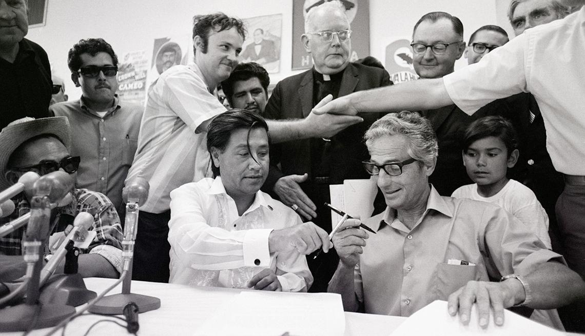 item 5 of Gallery image - César Chávez firmando un contrato