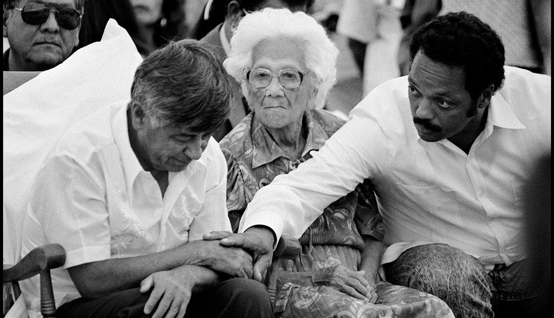 César Chávez junto a su madre y el reverendo Jesse Jackson