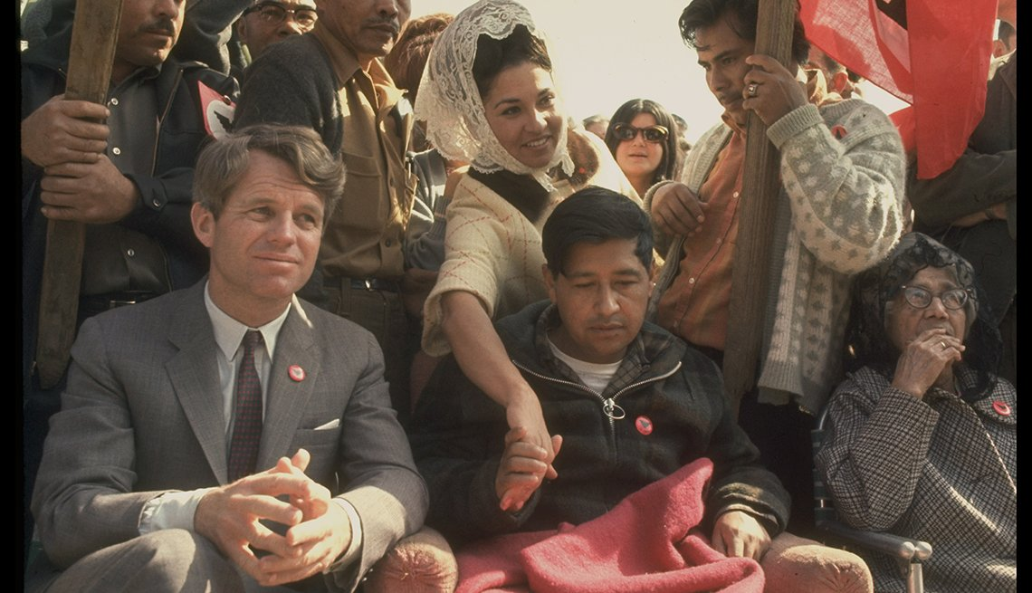 César Chávez junto a Robert Kennedy en una huelga de hambre