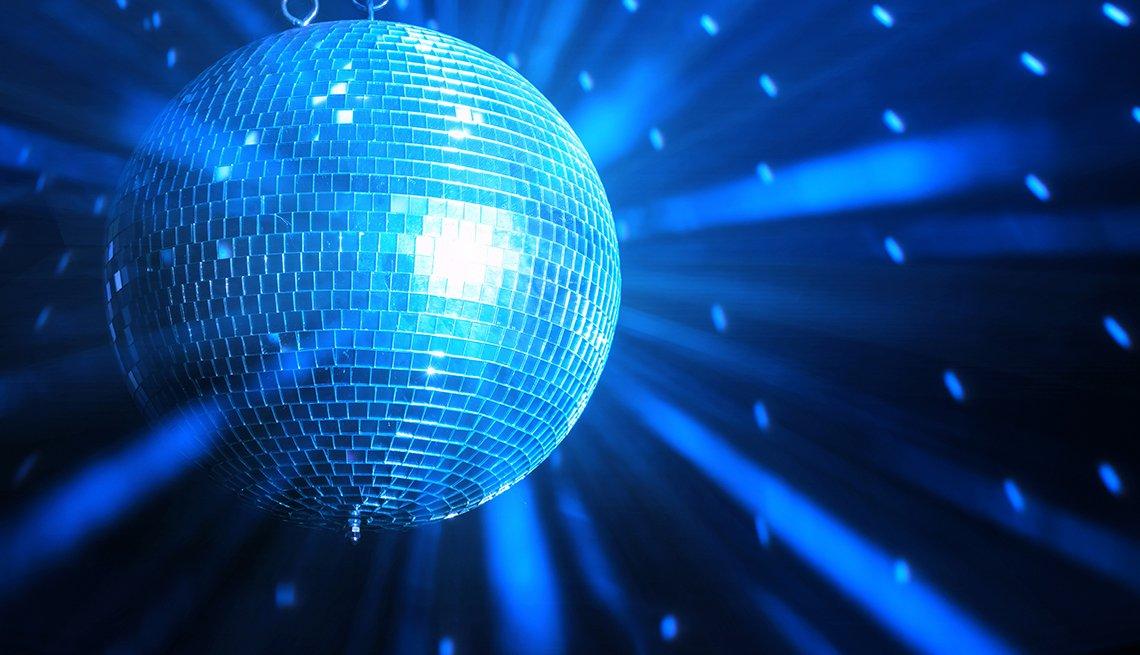 Iconos de la música disco, imagen de la icónica bola de espejos que se popularizó en las fiestas disco.