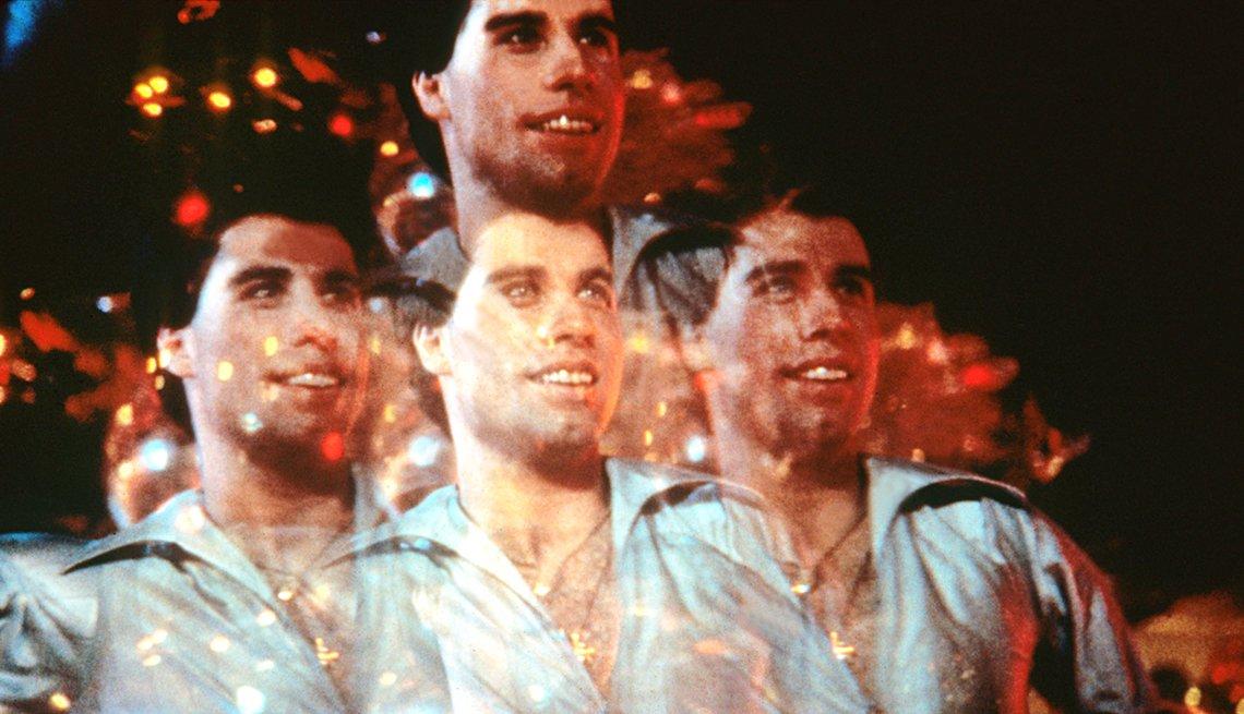 Montaje con una imagen del actor John Travolta, y los 40 años de Saturday Night Fever.