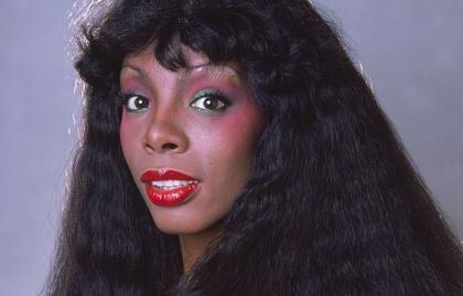 Iconos de la música disco, retrato de la cantautora Donna Summer, pionera de la música disco.