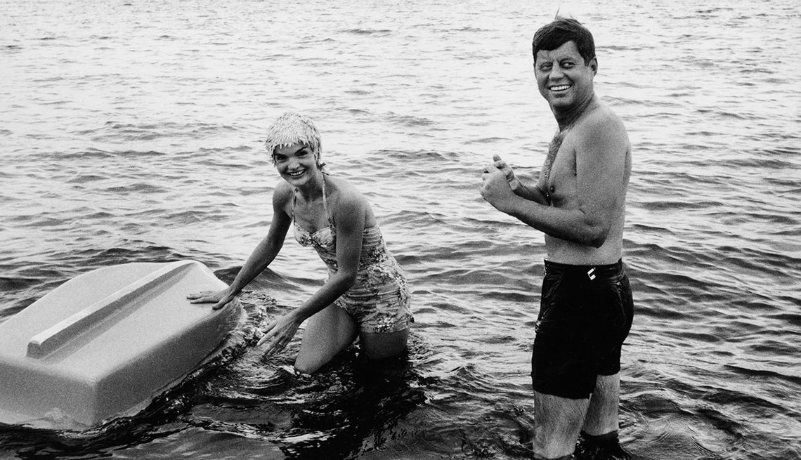 John F. Kennedy, a quien apodaban Jack, y Jackie en Hyannis Port, Massachusetts