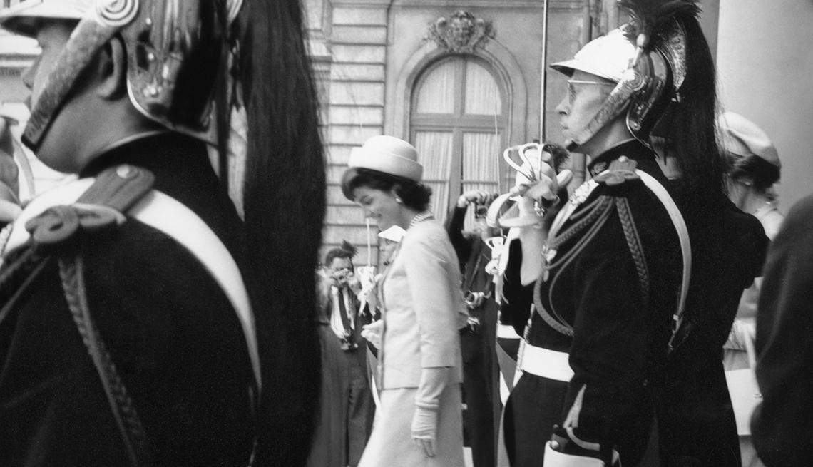 La primera dama, Jackie Kennedy, bajando las escaleras del Palacio del Elíseo, Paris, Francia