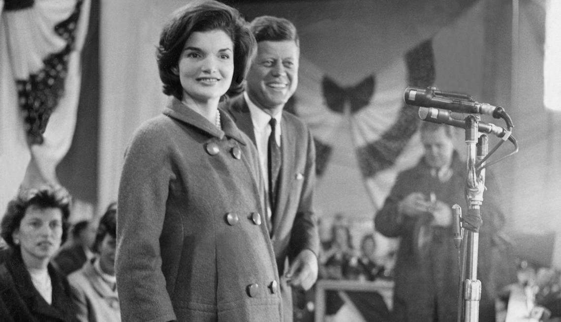 John F. Kennedy, junto a la primera dama, pronuncia su discurso de aceptación en la Armería de la Guardia Nacional en Hyannis Port