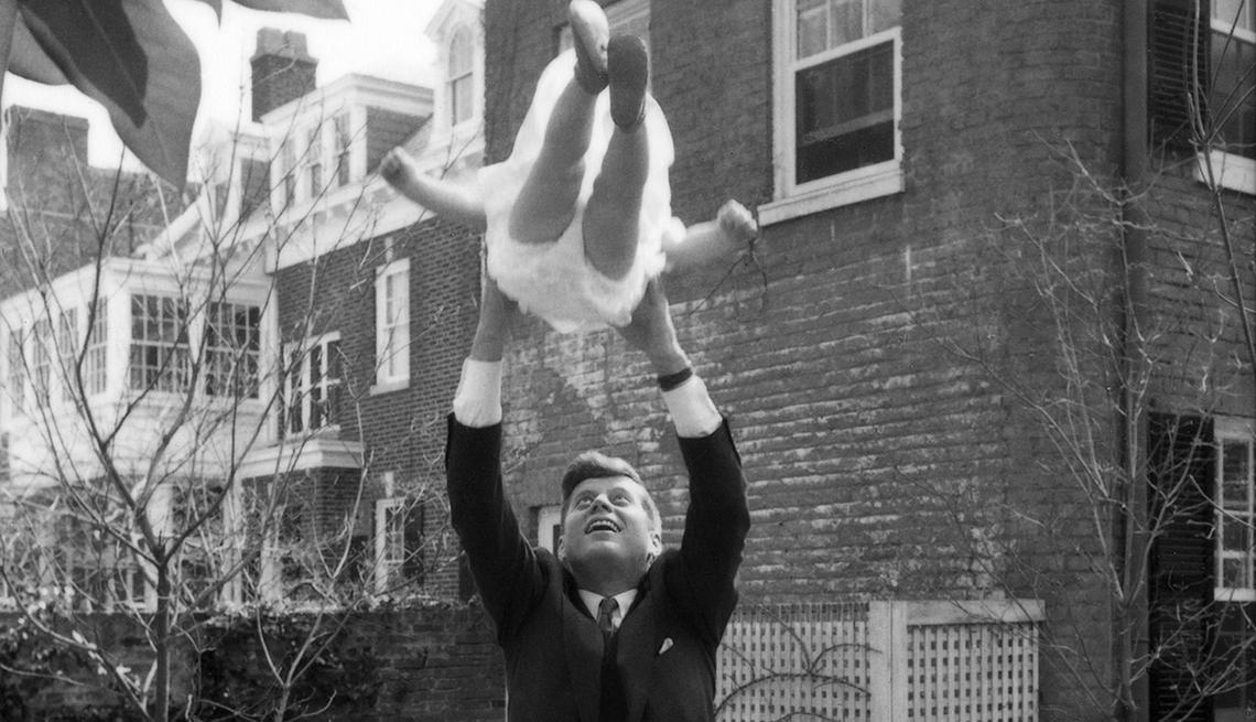 Kennedy y la pequeña Caroline en el aire se ven en el patio trasero de su casa
