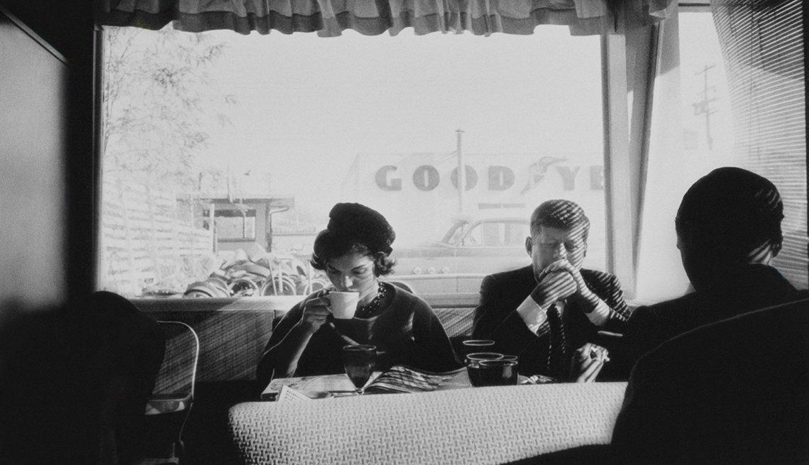 El futuro presidente, John F. Kennedy y la futura primera dama de Estados Unidos se ven sentados sin ser reconocidos en una cafetería en Oregón durante una parada de la campaña presidencial