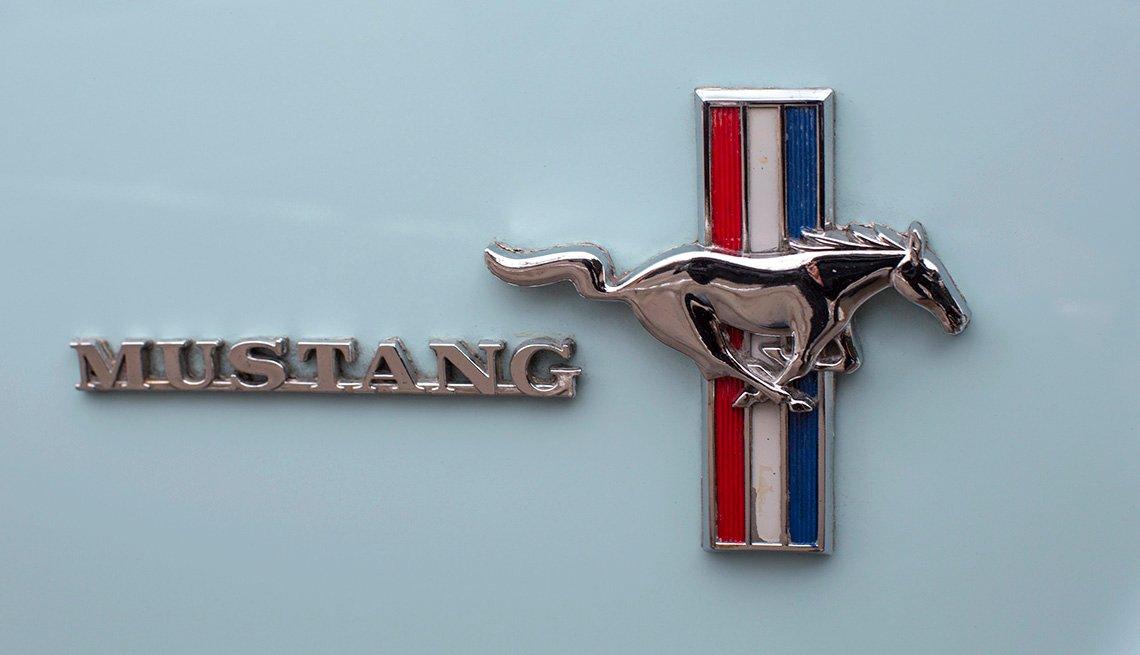 La insignia del Ford Mustang se ve en el lado del pasajero de Gail Wise Tragaluz Azul 1964 1/2 Ford Mustang en Park Ridge, Illinois
