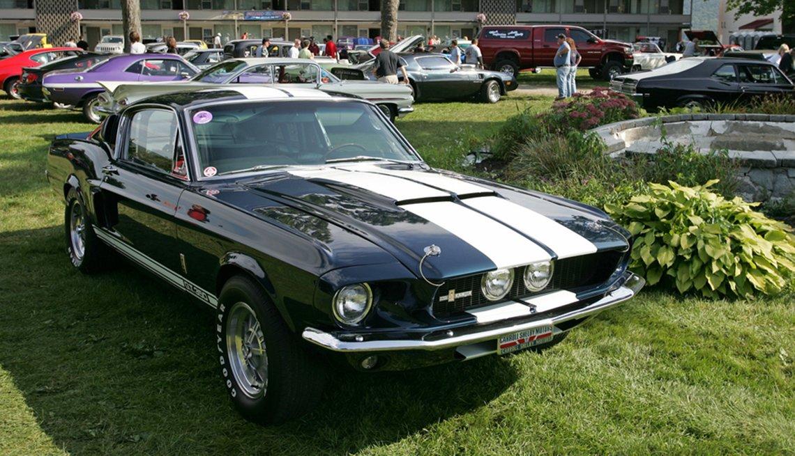 Un 1967 Ford Mustang Shelby GT500 en Lake George, Nueva York