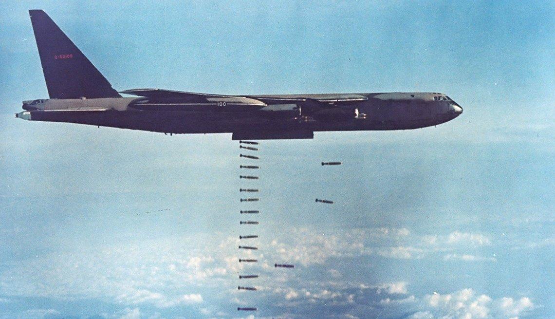 Avión B-52 lanzando bombas durante la guerra de Vietnam