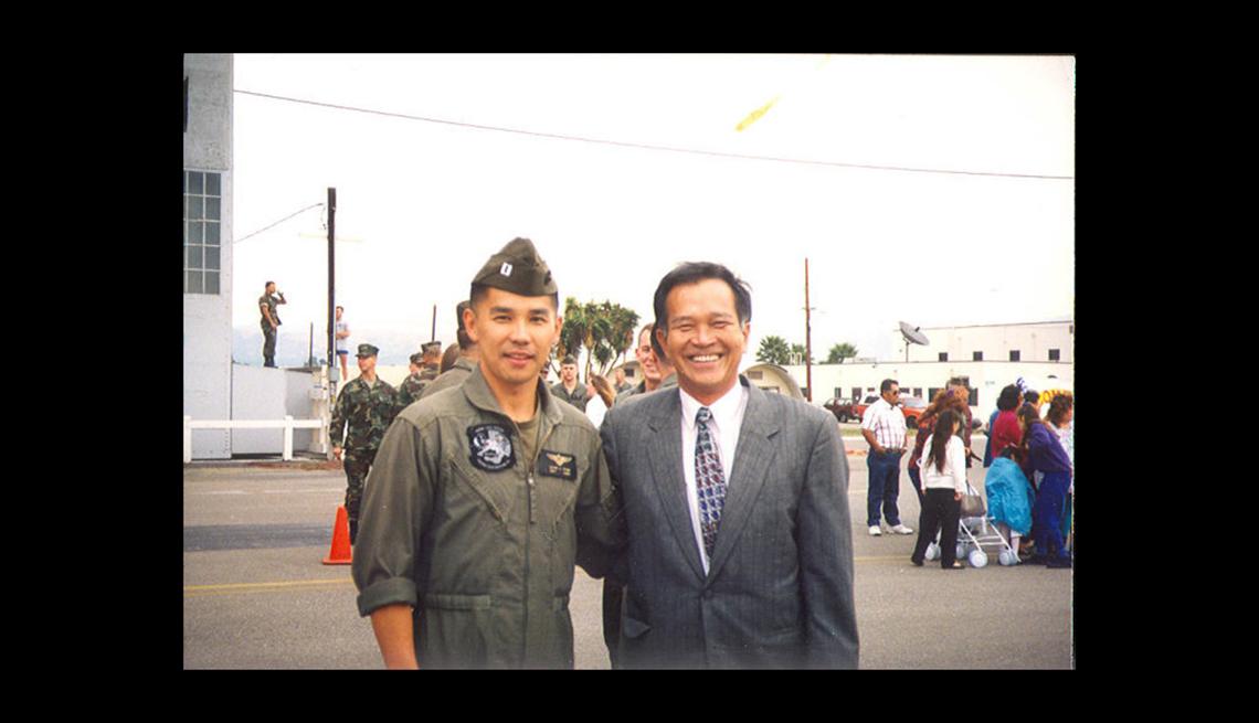 Quang Pham con su uniforme junto a su padre