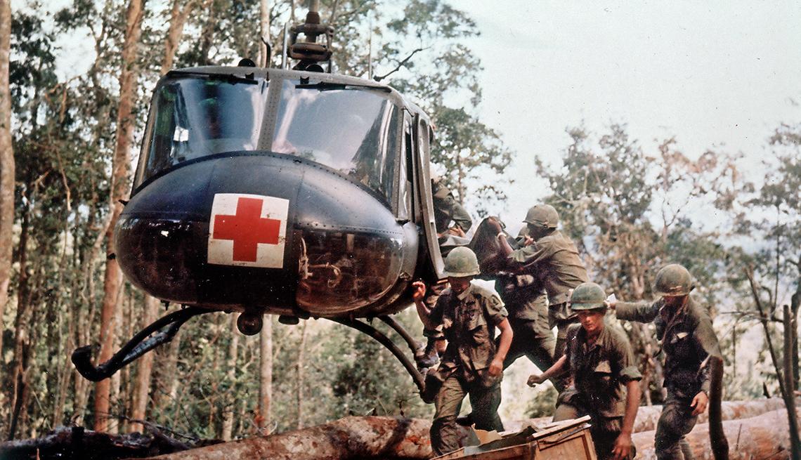 Soldados heridos abordan un helicóptero durante la guerra de Vietnam
