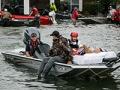 Brigada de rescate en bote ayuda a víctimas del huracán Harvey