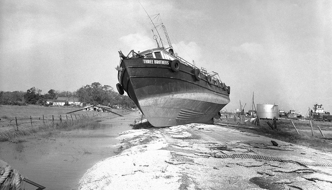 Bote afectado por el huracán Audrey
